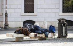 Viareggio: il Comune leva le panchine dalla piazza per evitare bivacchi
