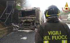 Autostrada A1, incidente: Tir carico di cellulosa in fiamme fra Firenze Sud e Incisa. Tratto chiuso per Roma