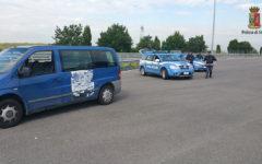 Prato: 46enne senza patente trasporta cinesi sul suo pullmino. Bloccata dalla Polizia stradale