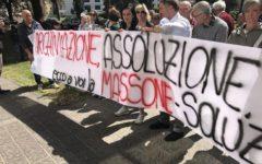 Arezzo, Banca Etruria: protestano i risparmiatori azzerati, contro le assoluzioni