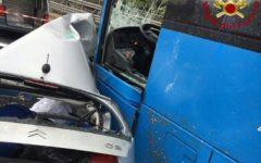 Grosseto: auto incastrata sotto un bus, grave il conducente