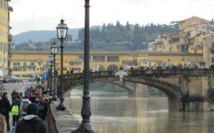 Firenze: selfie pericolosi, il Comune mette le barriere al ponte a Santa trinita