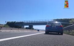 Autostrada A11: salvato dalla Polizia stradale di Montecatini mentre tenta di buttarsi da un viadotto