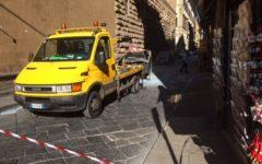 Firenze: auto a fuoco sotto la prefettura, intervengono digos e pompieri
