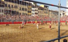 Calcio storico: Bianchi 6-Rossi 5 e mezza. Finale da cardiopalma. Ma i calcianti hanno onorato Fiorenza (Foto)