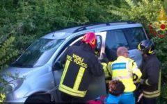 Pisa: auto esce di strada, la conducente estratta dal veicolo con l'autogru dei vigili del fuoco