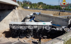 Casello Firenze-Impruneta: Scontro fra Tir. Uno si ribalta. Coinvolte anche 3 auto. 4 feriti. Coda infinita