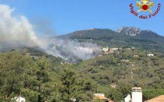 Incendi in Toscana: bruciano il bosco a Piancastagnaio e la macchia all'Elba. Ristorante in fiamme a Torre del Lago. Evacuato camping a Capa...
