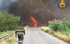 Toscana, incendi: interessate diverse province, il canadair si rifornisce a Bilancino