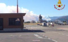 Incendio di Montale: il fuoco avanza verso Pistoia. L'Asl: tenete le finestre chiuse