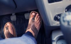 Sicurezza stradale: chi guida con gli infradito rischia contestazioni da parte dell'assicurazione