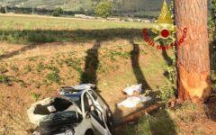 Calci (Pisa), incidente stradale: morti due giovani (lei 17 anni, lui 20) nella 500 finita fuori strada