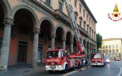 Firenze, piazza della Libertà: cade frammento cornicione. Area transennata