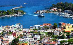 Ischia: i turisti in fuga dall'isola, lunghe code al porto