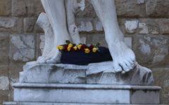 Strage di Barcellona: rose gialle e rosse sul David, a Firenze. «Guernica» su Palazzo Vecchio