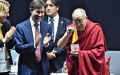Firenze: Dalai Lama riceve dal sindaco il sigillo della pace