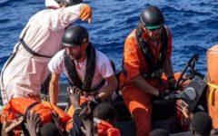 Lampedusa: il sindaco vuol chiudere l'hotspot e denuncia, i migranti minacciano e rubano