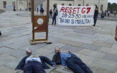 Torino, G7: già esplodono contestazioni, decapitati i manichini di Renzi e Poletti