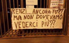 Arezzo, protesta vittime salvabanche: striscioni contro Renzi mentre presenta il suo libro