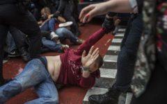Barcellona, referendum: giornata di scontri violenti, 460 feriti fra la popolazione