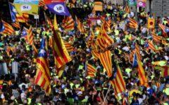 Barcellona: decine di migliaia di catalani protestano con Puigdemont