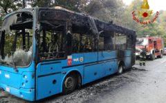Pistoia: incendio in un bus con 25 studenti a bordo. Autista fa scendere tutti in tempo (Foto)