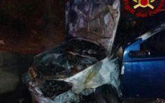 Cecina: auto si incendia, salvi gli occupanti, un ferito