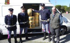 Arezzo: 2.500 kg di parmigiano rubato recuperati in autostrada dalla Polizia stradale