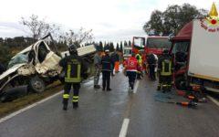 Grosseto: scontro frontale tra furgone e camion. Due feriti estratti dall'abitacolo dai vigili del fuoco