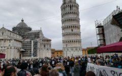 Pisa: flash-mob dei ricercatori precari sotto la torre pendente