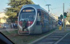 Firenze: ragazzino attaccato all'ultimo vagone della tramvia. Gioco pericoloso da non imitare (video)