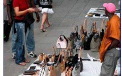 Pisa: migranti chiedono di legalizzare la loro merce contraffatta con il marchio «Abusif»