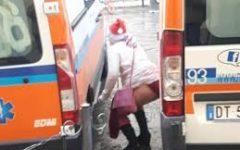 Firenze: fa pipì fra due ambulanze al Duomo. La foto sul web. Denuncia e multa