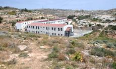 Lampedusa: cinque migranti tunisini tentano la fuga infilandosi nell'autocompattatore dei rifiuti