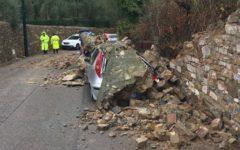 Firenze: auto schiacciate dal muro crollato in via di Santa Margherita a Montici. Colpa del vento