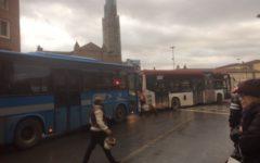 Stazione: caos infernale del traffico, autobus e auto bloccati, pedoni e cittadini infuriati, vigili impotenti (foto)