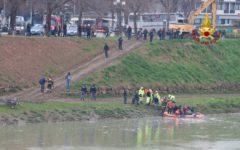 Firenze: migrante gambiano prende a bastonate i passanti e poi si butta in Arno per sfuggire alla Polizia