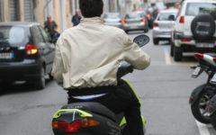 Prato: cinese guidava il ciclomotore senza casco e senza patente, multa da 6.000 euro