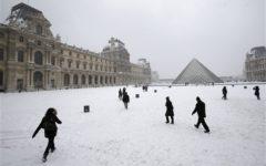 Parigi bloccata dalla neve: autobus fermi, treni in ritardo, voli annullati. 800 km di code sulle strade della regione