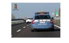 Autostrada A1: polizia stradale recupera busta con 1.500 sfuggita ad autista di un bus. Ritrovata sull'asfalto