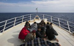 Catania, soccorsi migranti: sequestrata la nave della Ong spagnola. L'accusa, associazione per delinquere finalizzata all'immigrazione cland...