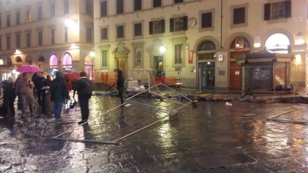 Vuole uccidersi ma spara a un passante, rivolta dei senegalesi a Firenze