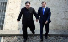 Svolta in Corea: presto pace e stop al nucleare. Kim e Moon si stringono la mano