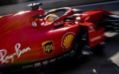 Milano: Vettel danneggia il muso della Ferrari durante show sui navigli (video)