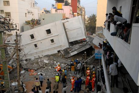 India, hotel crolla a Indore: 10 morti