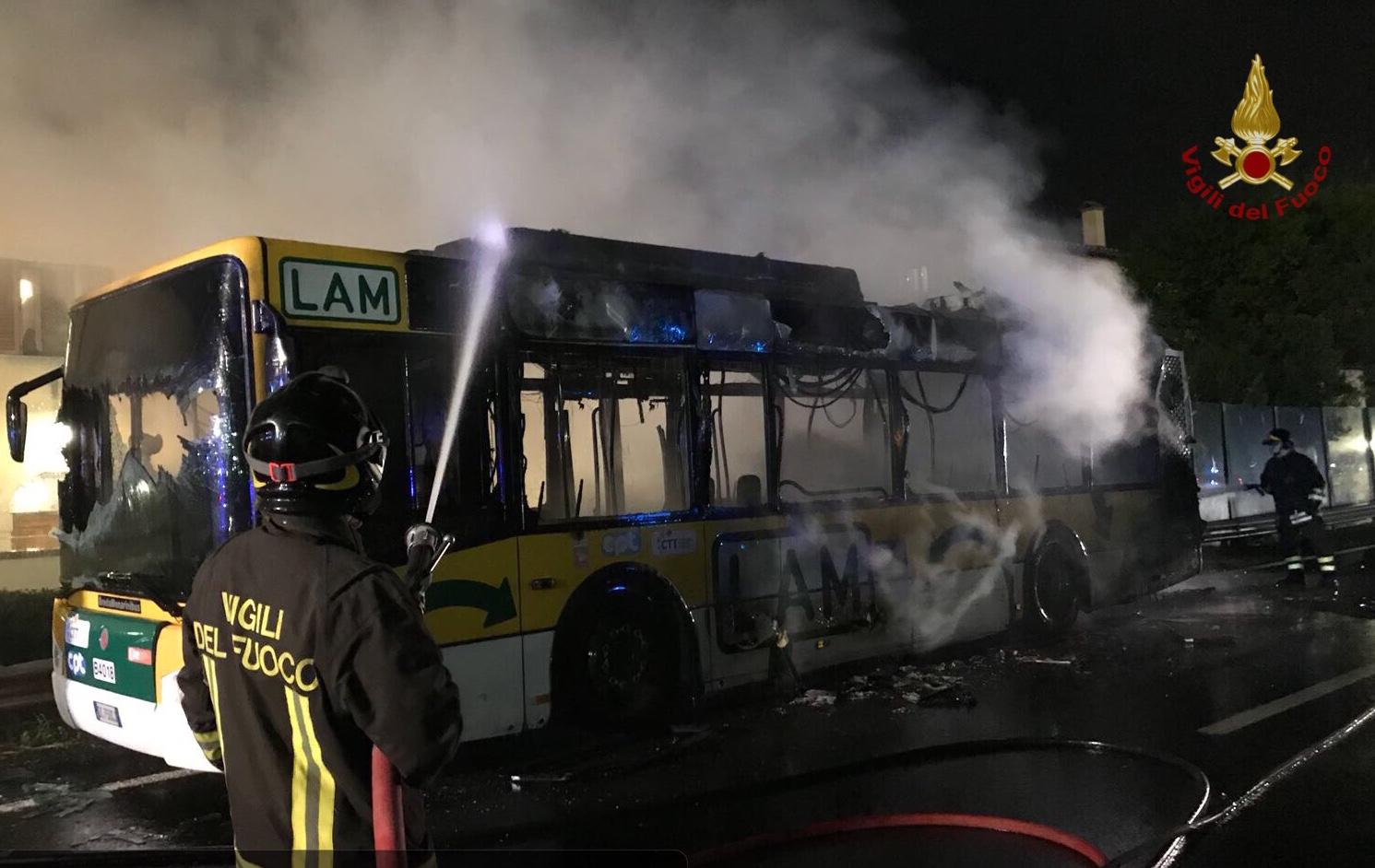 Pisa: bus distrutto dal fuoco vicino all'aeroporto
