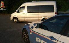 Siena: bus scolastico non assicurato e autista senza licenza. Bloccato dalla Polstrada