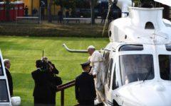 Loppiano (Fi): Papa Francesco alla cittadella dei Focolarini. Un fedele getta acqua sul corteo papale in segno di gioia