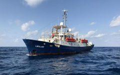 Migranti, Salvini: «Nave ong con 400 persone vada in Olanda». Toninelli: «Lifeline opera fuori dalle regole»