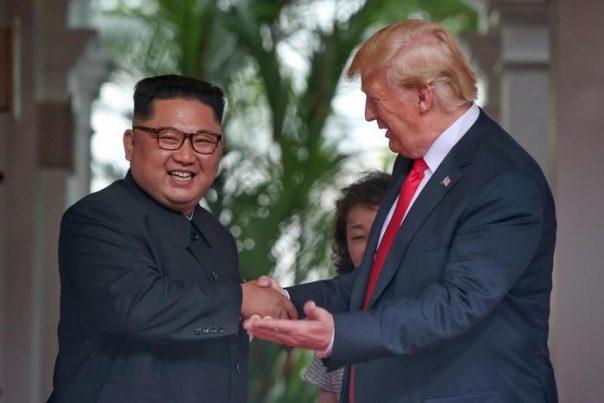Storica stretta di mano tra Kim e Trump